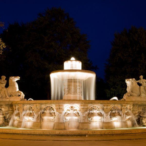 Treffpunkt für Verliebte, der Wittelsbacher Brunnen am Maximiliansplatz